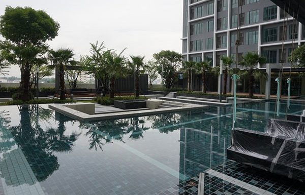 Ideo-Mobi-Charan-Interchange-Bangkok-condo-for-sale-swimming-pool-2
